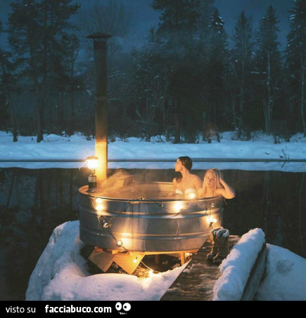 Ragazze fanno bagno caldo nella neve - Ragazze spiate in bagno ...